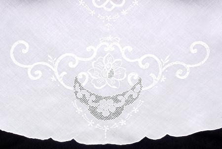 Melinda Embroidered Tablecloth Set - 66 x 104 Oval - detail